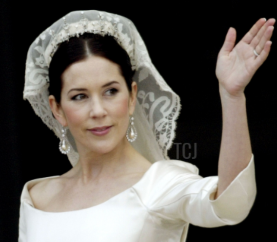 Gorgeous Royal Wedding Earrings_01.png