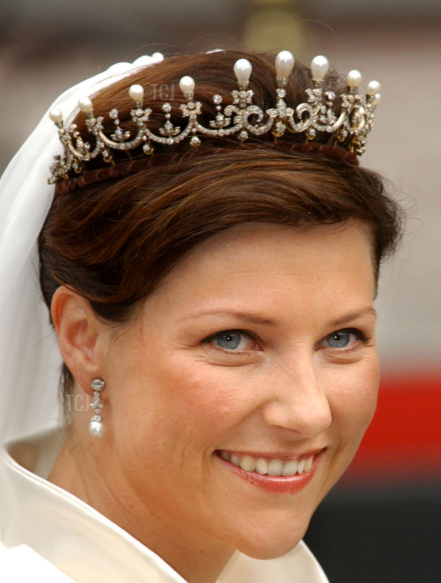 Gorgeous Royal Wedding Earrings_03.png